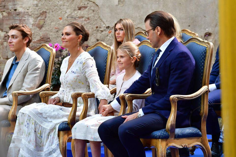 Süßer Familienmoment: Die Kronprinzessinnenfamilie hält sich an den Händen. Links neben Victoria sitzt Armand Duplantis, hinter ihm seine Schwester Johanna.
