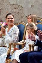 Prinzessin Victoria feiert ihren Geburtstag. Mit dabei sind neben ihrer Tochter Estelle und ihrem Ehemann Prinz Daniel (r.) der Spitzen-Sportler Armand Duplantis und dessen Schwester Johanna (hintere Reihe).