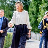 """... Máxima zeigt sich beim Besuch der Stiftung """"Veteraneninstituut"""" weiterhin souverän und lässt sich nichts anmerken. Windsicher ist jedenfalls die dunkelblaue Culotte der niederländischen Königin sowie ihre weiße Bluse, die übrigens beide aus dem Designerhause Natan stammen."""