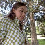 """In einem Instagram-Live-Video zeigt Gigi Hadid endlich ihr wachsendes Bäuchlein. In den vergangenen Wochen hielt sich das Model mit Fotos und Details zu seiner Schwangerschaft zurück - """"das ist nicht das Wichtigste auf der Welt gerade"""", erklärt sie. So ganz verstecken kann sie die kleine Kugel jedoch nicht mehr, unter dem karierten Hemd kommt sie zum Vorschein."""