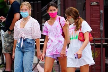 Auch wenn die Eltern von Suri Cruise Superstars sind, macht die Tochter von Tom Cruise und Katie Holmes gerne das, was viele Mädchen in ihrem Alter machen: Zeit mit den Freundinnen verbringen. Für den Ausflug auf New Yorks Straßen hat die 14-Jährige ein Batik-Shirt mit einer lilafarbenen Shorts und Sneakern kombiniert. Süßer Hinweis: Darunter befindet sich ein Trend-Teil, dass sie mit ihrer stylischen Mama verbindet ...