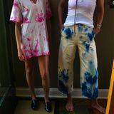Denn vor wenigen Wochen haben Katie Holmes und Suri Cruise Kleidung selbst gebatikt, wie dieses Bild auf Instagram zeigt. Suri hat das lässige, weißes Oversize T-Shirt Pink gefärbt und ihre Mama eine 3/4-Hose Gelb-Blau. Auch während der Freundinnen-Zeit in New York kann die beiden anscheinend nichts trennen ...