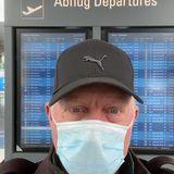 """""""Willkommen in der neuen Normalität"""" sagt Boris Becker und weist darauf hin, wie wichtig es insbesondere beim Reisen ist, eine Maske zu tragen."""