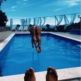 """Uh la la, der Mann hat in dieser Position aber einen schönen """"Ausblick"""". Doch um welchen knackigen Hintern handelt es sich denn hier? Um den von Schlagerstar Vanessa Mai, die vergnügt in den Pool springt. Und die Füße gehören sehr wahrscheinlich ihrem Ehemann Andreas Ferber. Das Paar urlaubt gerade in Kroatien, der Heimat von Vanessas Vater, Musiker Marino Mandekic."""