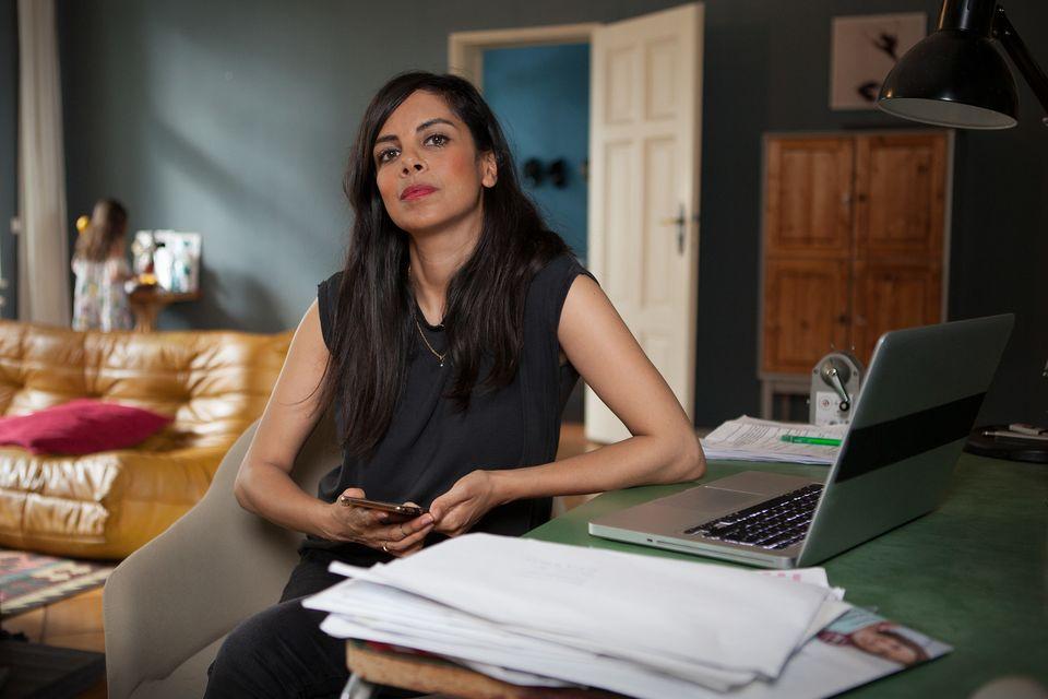 Collien-Ulmen Fernandesbei der Recherche in ihrem Homeoffice.
