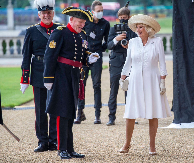 15. Juli 2020  Camilla hat im Royal Hospital Chelsea gut lachen. Mit einigen Wochen Corona-bedingter Verspätung kann die Herzogin doch noch den Gründungstag des Royal Hospital Chelsea mit seinen Bewohnern feiern. Nicht nur Camilla sondern auch die Kriegsveteranen, die in dem Seniorenheim der British Army leben, hatten sich in ihren roten Ausgehuniformen für den Anlass herausgeputzt. Und auch beim Militär gibt es etwas zu lachen - zumindest scherztCamilla herzlich mit einem der Soldaten.