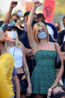 """15. Juli 2020  Cara Delevingne und Kaia Gerber schließen sich in Los Angeles den """"Black Lives Matter""""-Protesten an."""
