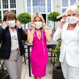Ruth Neri (DKMS Life), Botschafterin Sylvie Meis undEveline Schoenleber (MAC) präsentieren die Masken, die Eveline Schönleber gemeinsam mit GALA und einer ausgewählten Patientengruppe der DKMS Life, designt hat.