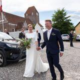 """Endlich konnten sie """"Ja"""" sagen: Dänemarks PremierministerinMette Fredriksen hat ihren FreundBo Tengberg geheiratet. Die Hochzeit musste wegen der Coronapandemie und wegen ihres vollen Kalenders mehrmals verschoben werden. Umso schöner, dass die Trauung jetzt stattfinden konnte - und die beiden strahlen..."""