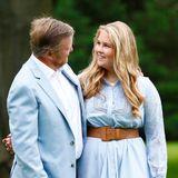 Der amtierende König und seine Nachfolgerin: Arm in Arm posieren Willem-Alexander und seine älteste Tochter Catharina-Amalia für den Fotografen. Der Anblick diesesinnigen Vater-Tochter-Porträts dürfte Royal-Fans besonders rühren.