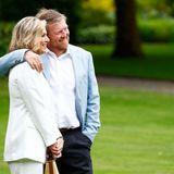 Seit über 18 Jahren sind diese beiden verheiratet und immer noch so glücklich wie am ersten Tag: Zärtlich legt König Willem-Alexander seiner großen Liebe Königin Máxima den Arm um die Schulter.