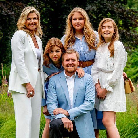 Welch ein royales Traum-Quintett! Und König Willem-Alexander ist der glückliche Hahn im Korb. Stolz posiert er umringt von Ehefrau und Töchtern.