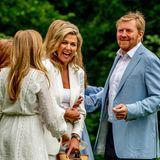 Die Königin kann sich im Gespräch mit ihren Töchtern vor Lachen kaum halten.Mädels, bitte mehr Aufmerksamkeit, so wird das nichts mit einem ordentlichen Foto! Bei vier gegen eins hat Willem-Alexander damit allerdings keine Chance.