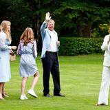 Tschüß, bis bald! Die Royals verabschieden sich. Das Shooting auf SchlossHuis ten Bosch ist in der Regel der Startschuss für den Sommerurlaub der Familie. Ob und wohin sie dieses Jahrverreisen wird, ist nicht bekannt.