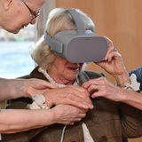 Bei der Feier des 40. Jubiläums des Prospect Hospice in Wroughton, testet Herzogin Camillaein Virtual Reality Headset und benötigt dabei noch etwas Hilfe.