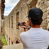 Mit dem Handy hält Prinz Carl Philip die eindrucksvollen Bilder fest.