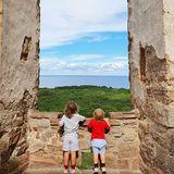 17. Juli 2020  Prinz Carl Philip und Prinzessin Sofia erkunden mit ihren Kindern Alexander und Gabriel die Schlossruine von Borgholm.