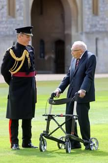 Die Queen empfängt einen besonderen Gast: Captain Tom Moore. Der 100-Jährige (!)Kriegsveteran hatinnerhalb kürzester Zeitüber 32 Millionen britische Pfund (etwa 35,1Millionen Euro) gesammelt, um den Nationalen Gesundheitsdienst des Landesim Kampf gegen das Coronavirus zu unterstützen. Wie er das gemacht hat? Nun, am 6. April fing Moore trotz seines hohen Alters an, mit seiner Gehhilfe in seinem Garten auf und ab zu laufen. Viele Menschen waren so gerührt von der Aktion, das sie dem Spendenaufruf folgten. Mit Hilfe der Medien und den sozialen Netzwerken avancierte Captain Tom, wie er liebevoll von seinen Landsleuten genannt wird, zum absoluten Liebling der Nation.