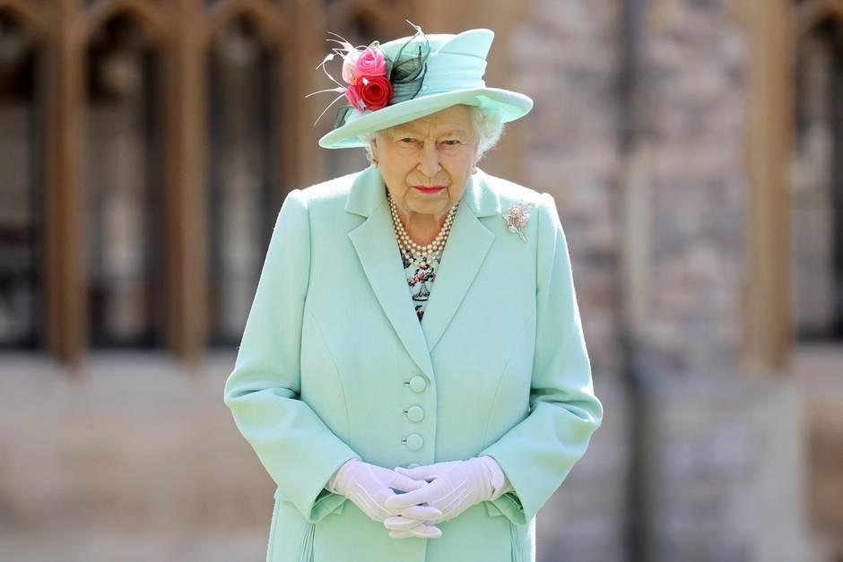 17. Juli 2020  Da ist sie wieder! Queen Elizabeth zeigt sich auf Schloss Windsor. Es ist das zweite Mal, dass die Königin seit dem Ausbruch der Coronakrise im März persönlich zu einem Termin erscheint (Das erste Mal besuchte sie, ebenfalls auf Schloss Windsor,eine kleine Militärparade anlässlich ihres 94. Geburtstages).