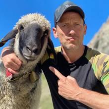 Auf die FreundSCHAFt! Wotan Wilke Möhring hat beim Urlaub in den Bergen einen neuen kuscheligen Kumpel gefunden, und das muss natürlich auf einem Foto festgehalten werden.