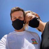 Im Partnerlook funktioniert das mit den Masken auch ganz hervorragend, wie Topmodel Karlie Kloss und ihr Mann Joshua Kushner hier zeigen.