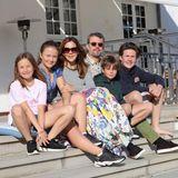 Sommergrüße von SchlossGråsten! Die dänische Königsfamilie verbringt ihre Ferien in diesem Jahr zuhause, tolle Familienbilder von Prinzessin Mary, Prinz Frederik und ihren vier Kinder gibt es dennoch.