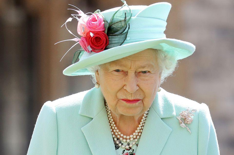 Queen Elizabeth nimmt nach der Hochzeit von Prinzessin Beatrice einen Termin auf Schloss Windsor wahr - und behält ihr Hochzeitsoutfit gleich an. Gut zu erkennen: die florale Brosche.