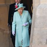 Nur wenige Stunden nach Beatrice' und Edoardos Hochzeit absolviert die Queen einen Termin auf Schloss Windsor: Sie schlägt den 100-jährigen Kriegsveteranen Captain Thomas Moore zum Ritter. Er hatte zur Unterstützung des Nationalen Gesundheitsservices über 35 Millionen Euro Spenden gesammelt.