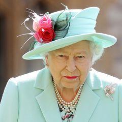 An ihrem Revers trägt die Queenan Beatrice' Hochzeit eine glamouröse Brosche mit zwei Blumen aus Roségold und Diamanten. Laut The Court Jeweller ist die Brosche eine jüngere Ergänzung der umfangreichen Schmuckkollektion der Königin, die ihr rund um ihr Diamant-Jubiläum 2012 geschenkt wurde. Eine tiefere Botschaft fällt zunächst nicht auf. Vielleicht ist es diesmal aber auch ganz einfach - und die Brosche hat schlichtweg optisch gut zum Look der Queen gepasst.