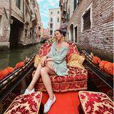 Durch die Kanäle von Venedig zu gondeln, gehört für viele Liebespaare zum romantischen Standard-Repertoire. So auch für Aurora Ramazzotti, die sich hier beim Urlaub in der Lagunenstadt ganz verträumt von ihrem Liebsten Nicolò ablichten lässt.
