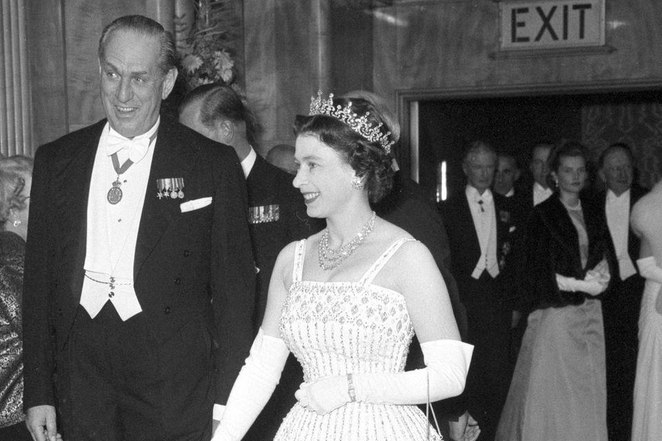 Queen Elizabeth im Norman Hartnell Kleid 1962