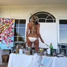 Beim Malen zeigt Heidi Klum ihren Hintern