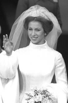 An der Hochzeit ihrer Tochter, gibt die Queenihr Hochzeitsdiadem an Prinzessin Anne weiter. Eine schöne Familientradition hat sich gefunden, die jetzt mit der Hochzeit von Prinzessin Beatrice weitergeführt wird.