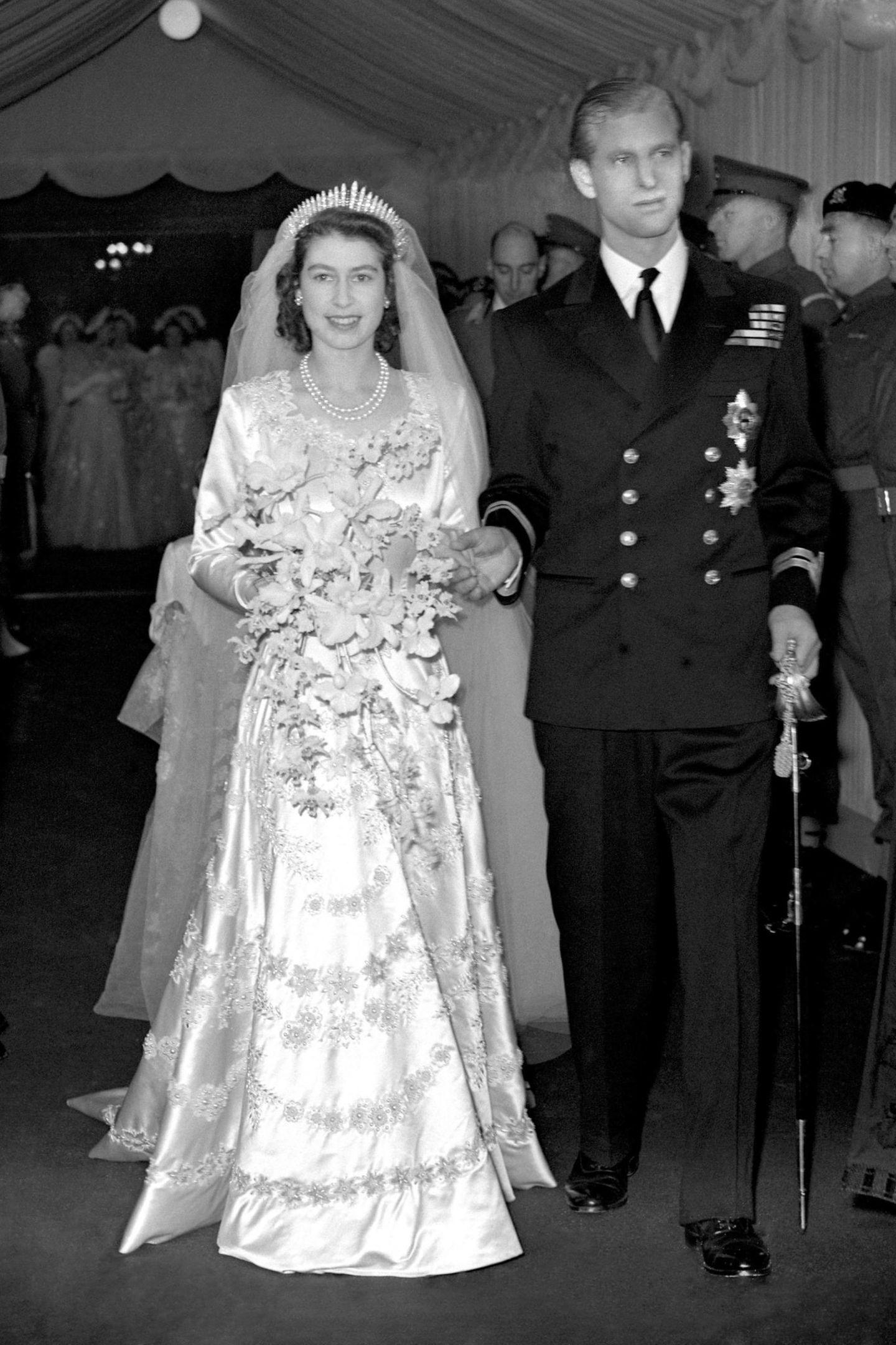 """Denn das gleiche Diadem,welchesaus einer Kettevon Queen Victoria gefertigt wurde und als """"geborgter"""" Beitrag Glück bringen sollte, trug bereits Queen Elizabeth an ihrer Hochzeit 1947."""