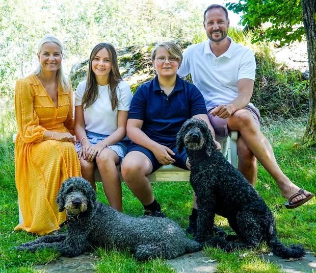 20. Juli 2020  Zur Freude aller royalen Fans veröffentlicht dienorwegische Kronprinzenfamilie eine Reihe wunderschöner Fotosihres traditionellen Sommershootings. Natürlich und entspannt lächeln Prinzessin Mette-Marit und Prinz Haakon mit ihren Liebsten in die Kamera.