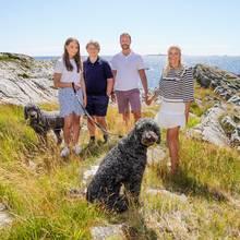 Inmitten der schönen Naturauf der norwegischen Insel Dvergsoya zeigen sich die sympathischen Royals glücklich vereintim legeren Outfit und verbreiten damit echte Urlaubslaune.