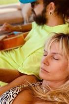 Ehemann Tom Kaulitz spielt auf der Gitarre, während Heidi Klum mit geschlossenen Augen daneben liegt, lauscht und entspannt. Herrlich normale Szenen aus dem heimischen Garten des Ehepaars, die das Model bei Instagram teilt. Doch was beim Anblick dieses Fotos sofort ins Auge fällt, ist nicht etwa Tom, vertieft in sein Gitarrenspiel, sondern Heidi Klums Brüste: Denn diese setzt sie mitihrem Leo-Bikini perfekt in Szene und präsentiert ihren Fans ein XL-Dekolleté.