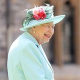 Queen Elizabeth geht nach dem Terminalleine zurück in Schloss. Ihre Einladung zum Tee hat Captain Tom ausgeschlagen. Die Begründung verblüfft: Er habe mit seiner Familie schon eine Verabredung im nahegelegenenCastle Hotel Windsor. Das berichtet ITV News. Ein Foto auf dem Twitter-Account von Captain Tom beweist das. Die Königin von England zu versetzen - Chapeau, Sir Tom!