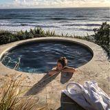Nach der Koch-Action entspannt sich Cindy Crawford im Jacuzzi, mit einer spektakulären Aussicht auf das Meer. Ob Ehemann Randy Gerber ihr gleich noch Gesellschaft leistet?