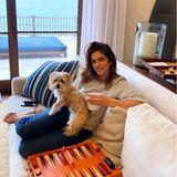 Die Abende verbringt das Paar gerne mit einem Brettspiel. Dabei darf natürlich Cindy Crawfords kleiner Hund nicht fehlen, der mit auf die gemütliche beige Couch darf. Überall stehen große Kerzen, die angezündet werden, und das Meer schimmert in der Abendsonne durch die großen Fenster hinein. Herrlich!