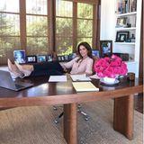 Bei so einem schönen Arbeitszimmer wie dem von Cindy Crawford sitzt man doch gerne am Schreibtisch. Das ehemalige Supermodel hat sich vor vielen Jahren in Malibu ein traumhaftes Zuhause direkt am Meer erschaffen. Auf Instagram gibt die Unternehmerin regelmäßige Einblicke in ihr Privatleben. Und wenn sie mal nicht im Homeoffice fleißig an neuen Plänen schmiedet, könnte ihr freier Tag wie folgt aussehen.