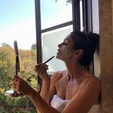 Wie es sich für ein Ex-Model gehört, steht danach das Beautyprogramm auf der Tagesordnung. Cindy Crawford gönnt sich eine tiefenreinigende Maske, wie sie auf Instagram verrät. Dafür sitzt sie am offenen Badezimmerfenster. Der direkte Blick ins Grüne könnte kaum schöner sein.