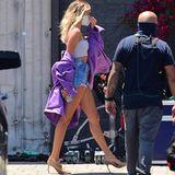 Wer jetzt denkt, Hailey Bieber hätte unter der riesigen lilafarbenen Jacke ihre Shorts vergessen, liegt falsch. Die Frau von Popstar Justin Bieber geht auch nicht aufgebrezelt in bauchfreiem Top, knapper Jeanshorts, High Heels und Endlosbeinen in den Supermarkt Lebensmittel shoppen. Hailey ist auf dem Weg zur Arbeit. Denn das Model kommt hier am Set eines Musikvideos in L.A. an. Sie wird in dem neuen Video des amerikanischen R&B-Sängers Miguel mitspielen.