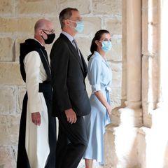 Weitere Hingucker ihres Outfitssindaußerdemderasymmetrische Schnitt des Kleides sowie die bequemen Espadrilles des Labels Macarena. Ein sommerlicher Look, der ganz ähnlich schon auf dem Runway gezeigt wurde.