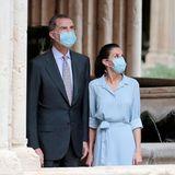 Zusammen mit Ehemann König Felipe reist Königin Letizia im Rahmen einer royalen Tour durch Spanien. Beim Stopp in Tarragona trägt sie ein hellblaues Kleid von Pedro Del Hierro, das mit einer Schleife tailliert gebunden ist.