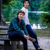 Lässig posiert Prinz Felix zusammen mit seinem älteren Bruder, Prinz Nikolai. Nach den Sommerferien beginnt für Prinz Felix die 3. Klasse am Gammel-Hellerup-Gymnasium in Kopenhagen, wo er seinen fachlichen Schwerpunkt auf den Bereich der Sozialwissenschaften legen wird -wie das Königshaus in seinem Geburtstags-Post über Instagram mitteilt.