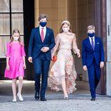 Am belgischen Nationalfeiertag verzaubert Prinzessin Elisabeth von Belgien alle mit ihrem floralen Flatterkleid. Ihre Brüder, Prinz Gabriel und Prinz Emmanuel (v.l.), tragen klassisch-blaue Anzüge. Prinzessin Eléonore kommt in einem knallig-pinkfarbenen Kleid der belgischen Designerin Marie-Leonie Stock. Im selben Kleid erschien Kronprinzessin Elisabeth am Nationalfeiertag 2015. In ihrem diesjährigen halbtransparenten Midikleid stiehlt sie ihren Geschwistern definitiv die Show.