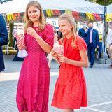 Kleiderwechsel am Nationalfeiertag: Beim nächsten Termin erscheint Prinzessin Elisabeth von Belgien in einem wunderschön-gemusterten, pinken Kleid des britischen Luxus-Labels L.K. Bennett. Es kostet rund 610 Euro. Ihre jüngere Schwester, Prinzessin Eléonore, hat sich für ein rotes Spitzenkleid der US-Designerin Diane von Fürstenberg entschieden - ein Kleid, das bereits Elisabeth getragen hat.