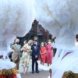 Am Ende eines ereignisreichen Nationalfeiertages besuchtdie belgische Königsfamilie die Pflegeeinrichtung La Maison de Mariemont in Morlanwelz. König Philippe, Königin Mathilde und ihre Kinder werden trotz kleiner Verspätung sehnsüchtig von den Bewohnern erwartet. Diese haben sich bereits auf den Balkonen und vor dem Haus in Position gebracht. Passend zum Nationalfeiertag gibt es natürlich auch etwas Tradition. Eine Gruppe von Giles begrüßte die Familie mit ihren puscheligen Kopfbedeckungen.