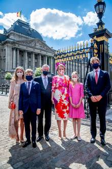 21. Juli 2020  Es ist Nationalfeiertag in Belgien und so macht sich die belgische Königsfamilie auf den Weg zu der Militärparade. Die belgischen Royals tragen dabeinatürlich Gesichtsmasken, was in Belgien wegen des Coronavirus Pflicht ist, wenn man nicht die 1,5 Meter Distanz einhalten kann.